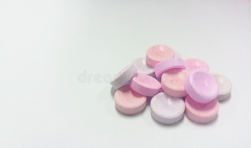 在白色背景,纹理的桃红色糖果堆 免版税库存图片