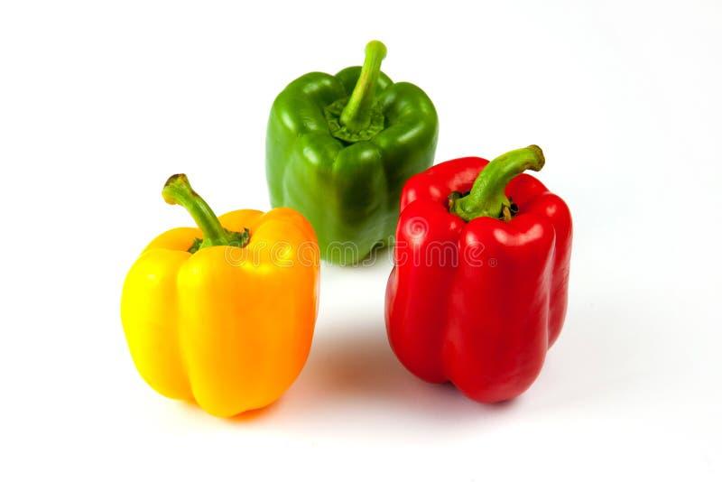 在白色背景,绿色,黄色和红色新鲜的甜椒 免版税库存照片