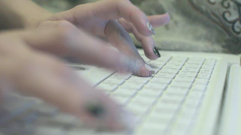 在白色膝上型计算机的女孩印刷品 股票录像