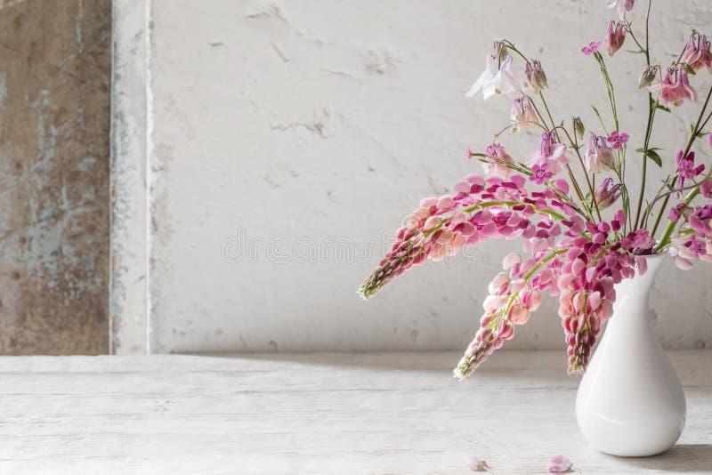 在白色花瓶的桃红色夏天花在白色背景 库存照片