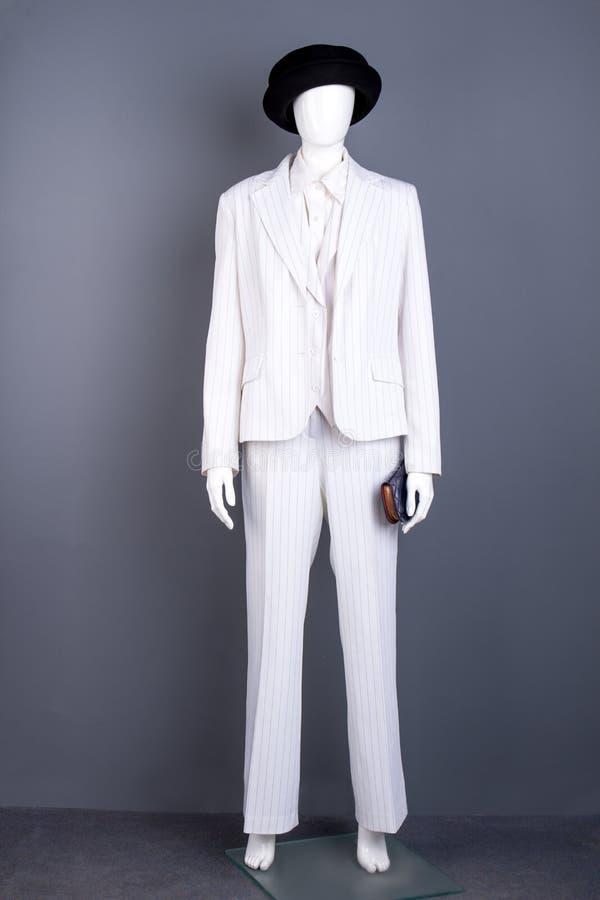 在白色衣服和黑帽会议的时装模特 库存照片