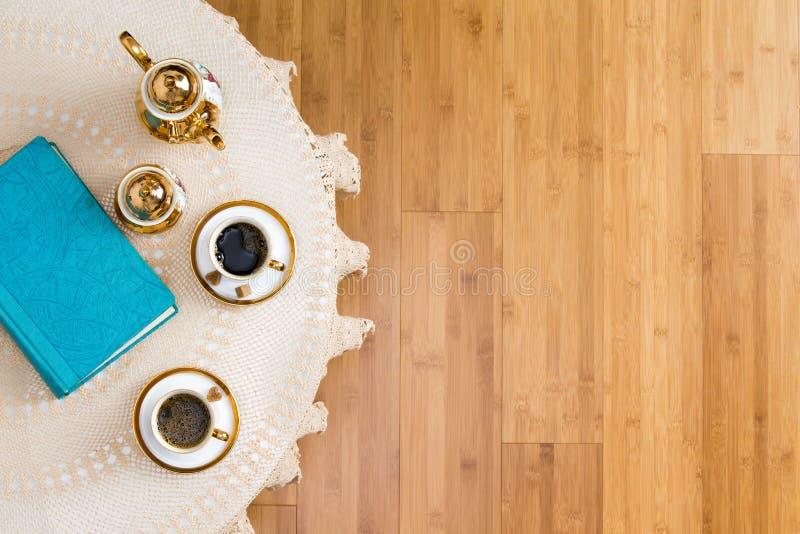 在白色表上的土耳其咖啡与书 免版税库存图片