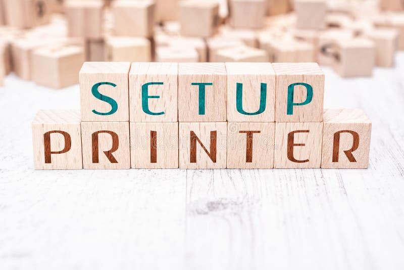 在白色表上的木块形成的词设定打印机 免版税库存照片