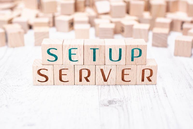 在白色表上的木块形成的词设定服务器 库存照片