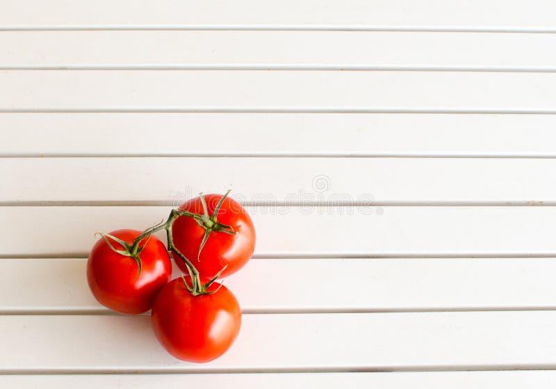 在白色表上的红色蕃茄 图库摄影