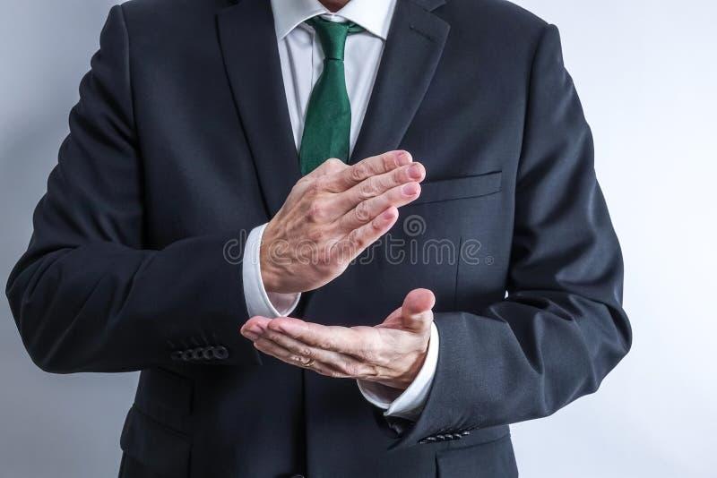 在白色衬衣和黑衣服的穿着体面的商人 库存照片