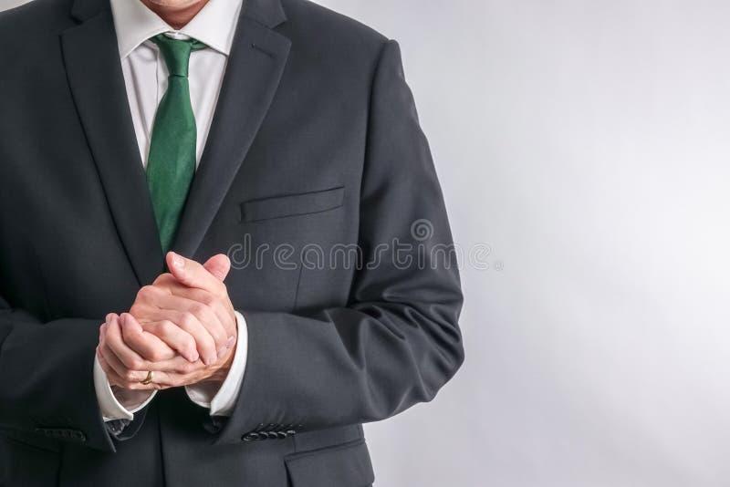 在白色衬衣和黑衣服的穿着体面的商人 免版税库存照片