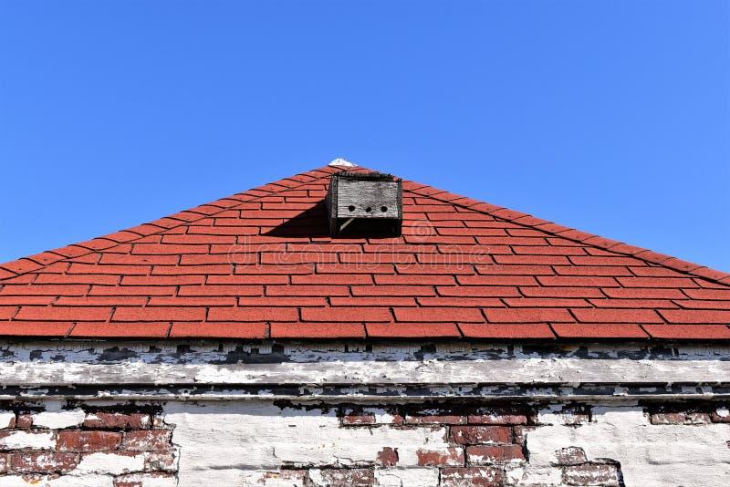 在白色被风化的大厦,海角伊丽莎白,坎伯兰县,缅因,美国的红色屋顶 库存照片