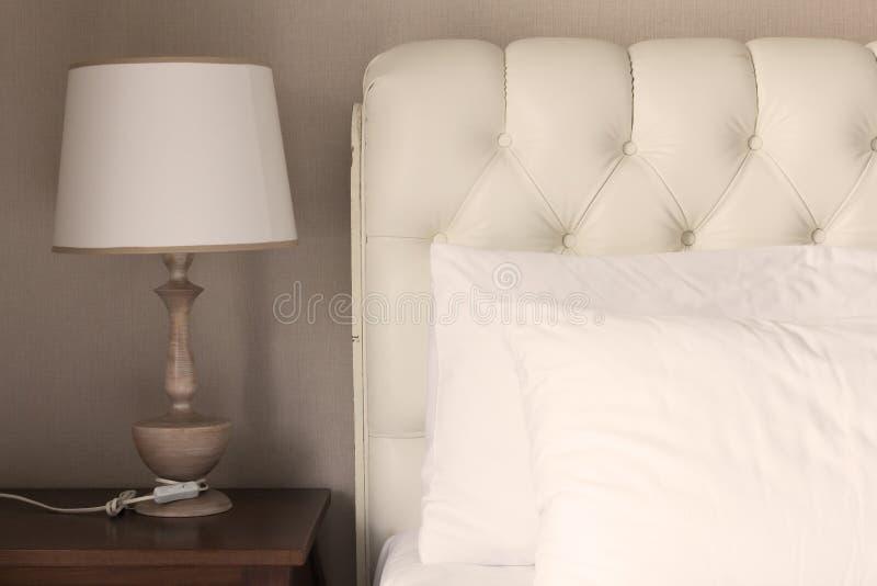 在白色豪华床上的白色枕头在卧室 免版税库存图片