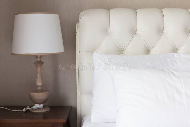 在白色豪华床上的白色枕头 库存照片