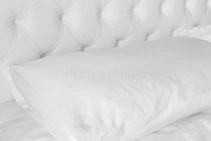 在白色豪华床上的白色枕头 图库摄影