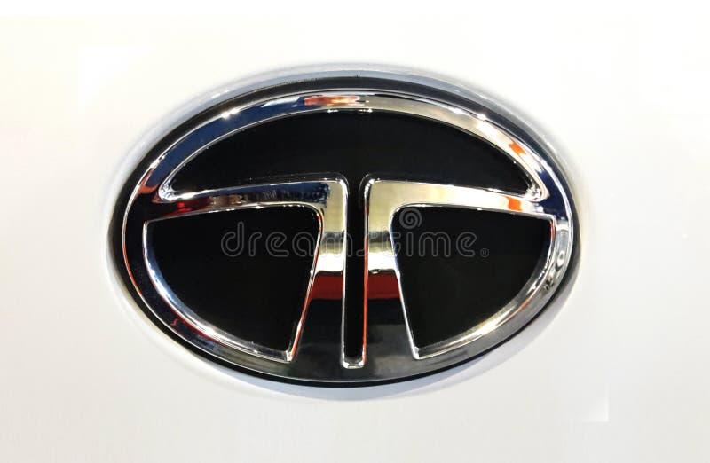 在白色车身的陶陶商标 被限制的塔塔汽车印度多民族汽车 免版税库存照片