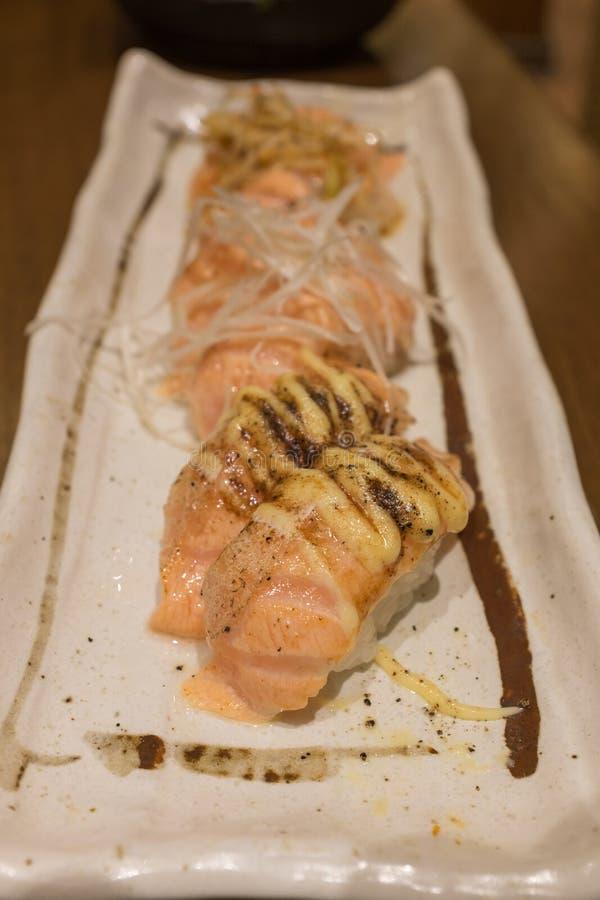 在白色陶瓷板材的被分类的三文鱼Suhi 图库摄影