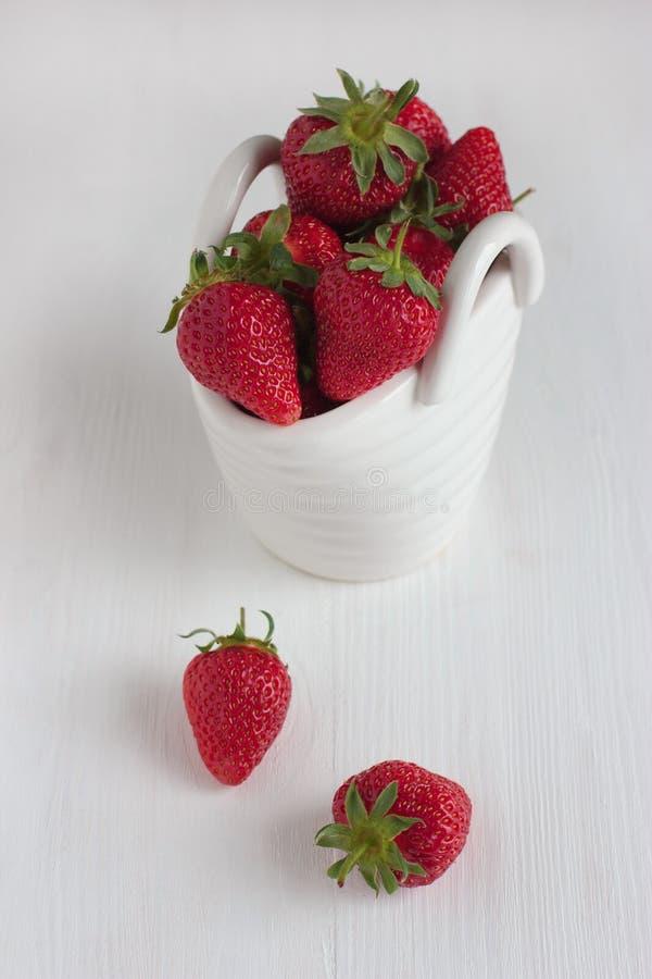 在白色陶瓷篮子的草莓 免版税库存照片