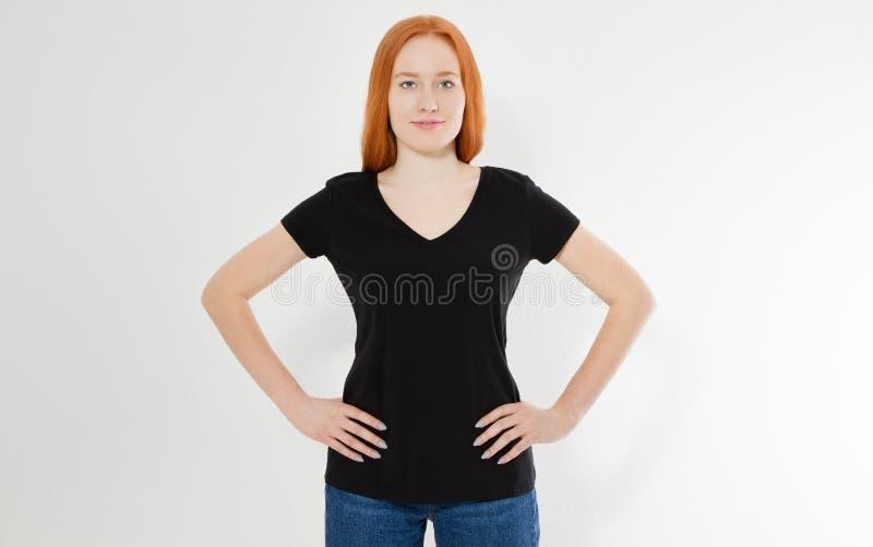 在白色隔绝的一件黑T恤杉的美丽的红色头发女孩 俏丽的T恤杉嘲笑的微笑红色顶头妇女空白 图库摄影