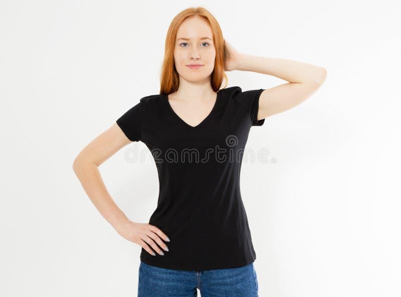 在白色隔绝的一件黑T恤杉的美丽的红色头发女孩 俏丽的T恤杉嘲笑的微笑红色顶头妇女空白 免版税库存照片