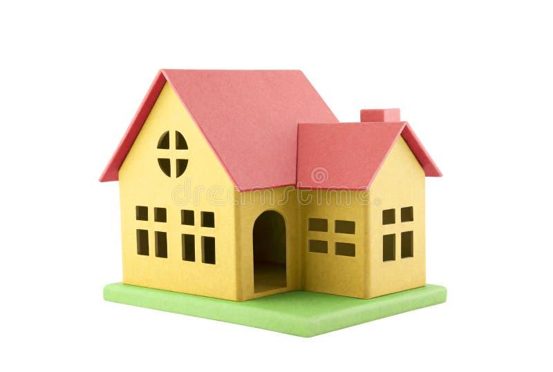 在白色隔绝的五颜六色的纸板玩具房子 免版税库存图片