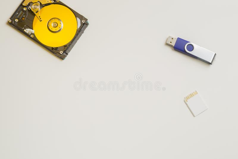 在白色隔绝的五颜六色的hdd 与内存和usb的硬盘驱动器 硬盘从计算机 复制空间 库存照片