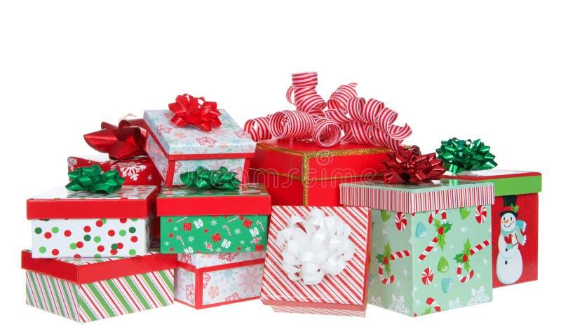 在白色隔绝的任意堆明亮的五颜六色的圣诞礼物 免版税库存照片