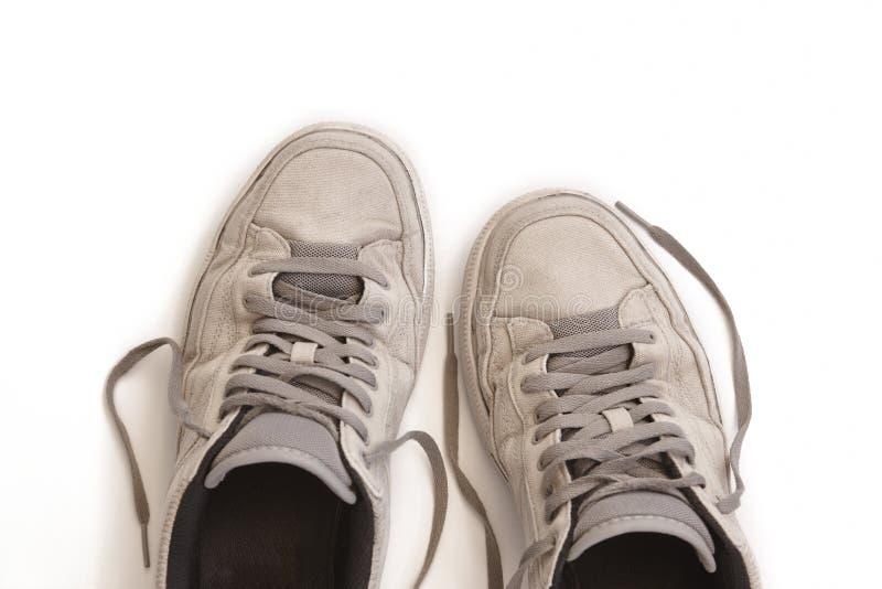 在白色隔绝的使用的运动鞋 偶然肮脏的鞋类 ?? 免版税库存图片