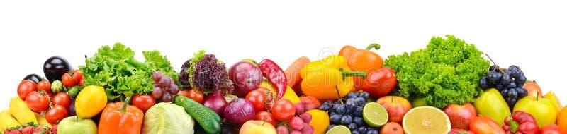 在白色隔绝的全景明亮的蔬菜和水果 图库摄影