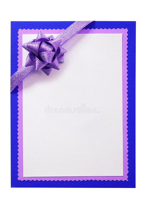 在白色隔绝的圣诞卡片空白白色蓝色边界紫色桃红色丝带垂直 库存图片