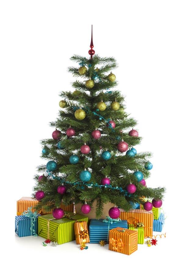 在白色隔绝的圣诞树下的礼物盒 免版税库存照片