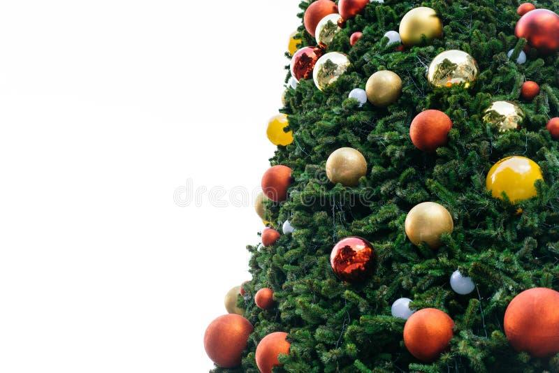 在白色隔绝的圣诞树背景,用在红色和金子的装饰品装饰 图库摄影
