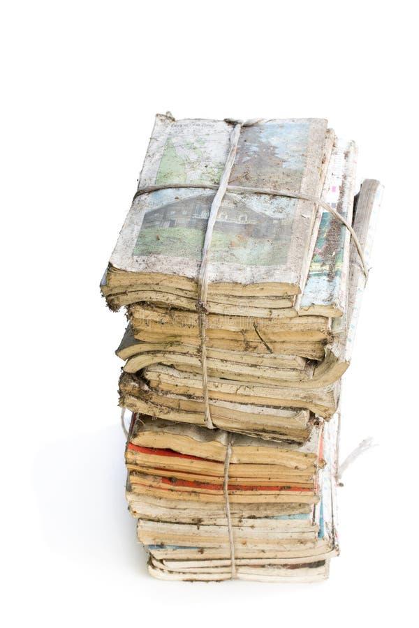 在白色隔绝的堆老和多灰尘的杂志 免版税库存照片
