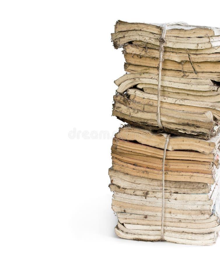 在白色隔绝的堆老和多灰尘的杂志 库存图片