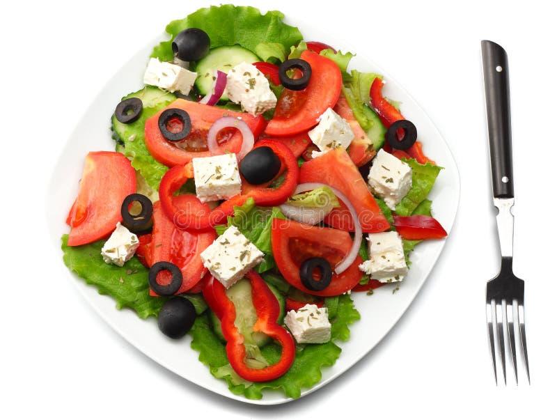 在白色隔绝的希腊沙拉方形的板材 新鲜蔬菜沙拉顶视图 库存图片