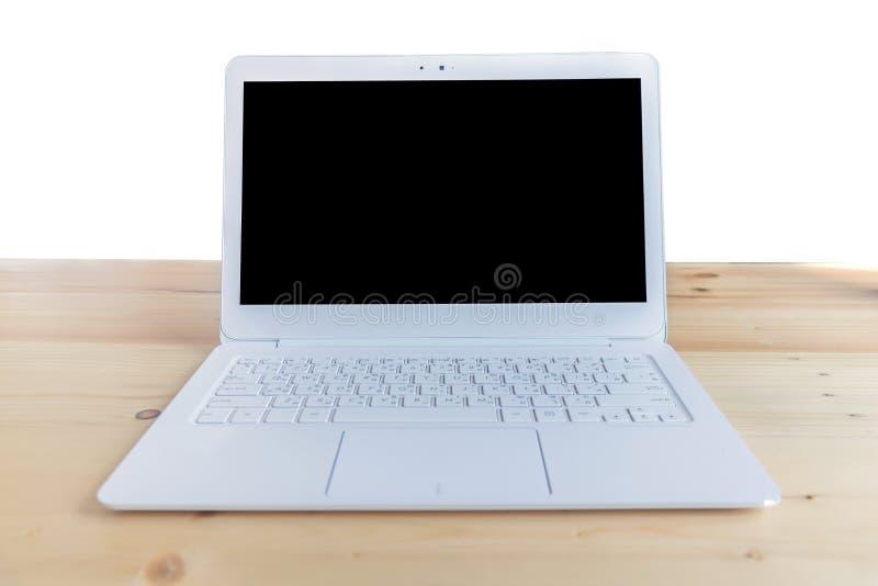 在白色隔绝的木桌上的白色膝上型计算机,裁减路线incl 图库摄影
