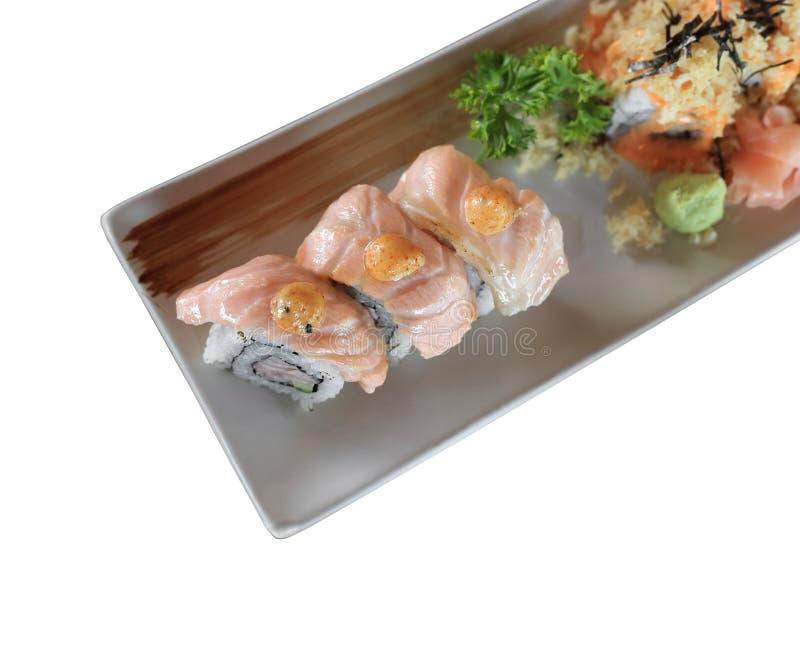 在白色隔绝的烤三文鱼寿司卷 库存照片