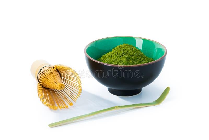 在白色隔绝的碗的绿色matcha茶粉末 库存图片
