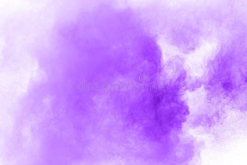 在白色隔绝的紫色微尘爆炸的特写镜头 E 免版税库存照片