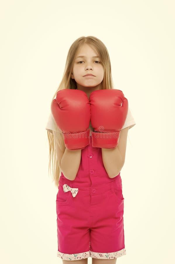在白色隔绝的红色拳击手套的女孩 小孩微笑和拳击 准备战斗 可爱的拳击手 力量和 库存照片