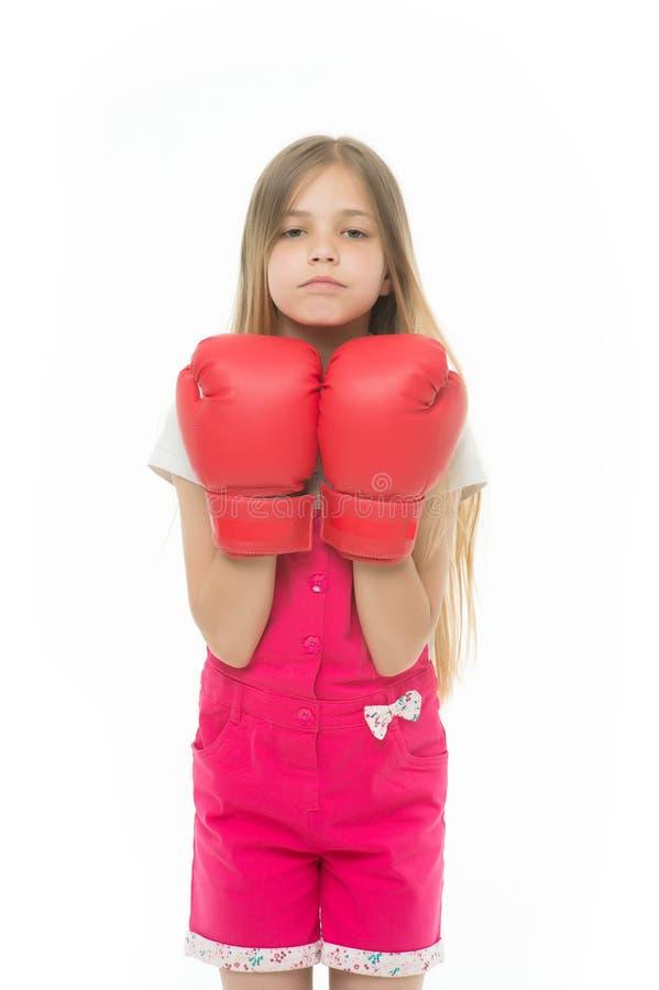在白色隔绝的红色拳击手套的女孩 小孩微笑和拳击 战斗准备好 可爱的拳击手 力量和 库存图片