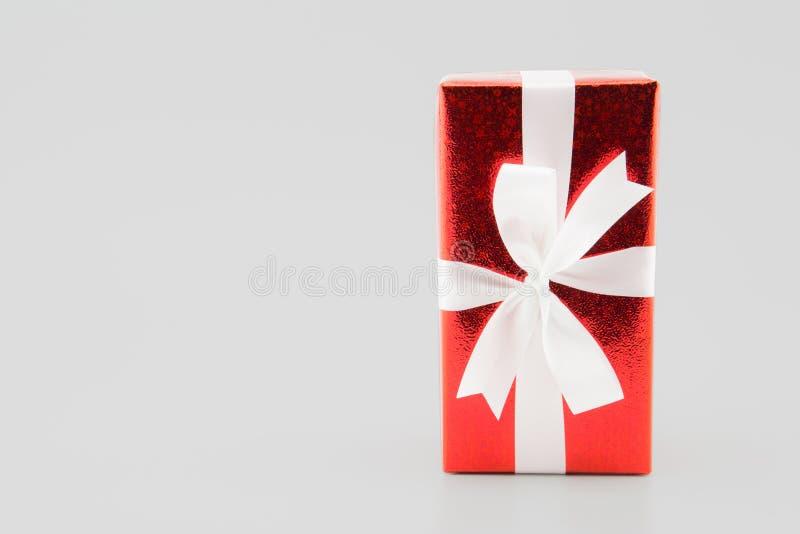 在白色隔绝的红色礼物盒白色丝带,使用圣诞节的和新年或者假日其他 免版税图库摄影