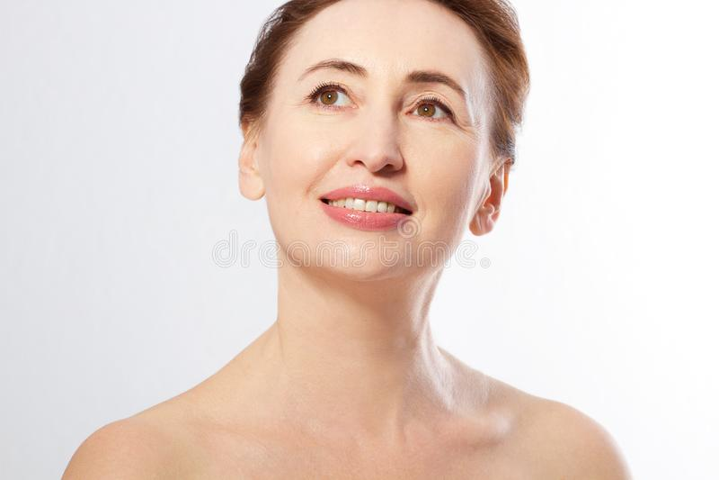 在白色隔绝的美好的中年妇女面孔关闭 胶原和面孔射入 成熟在整容手术白人妇女 防皱概念 库存图片