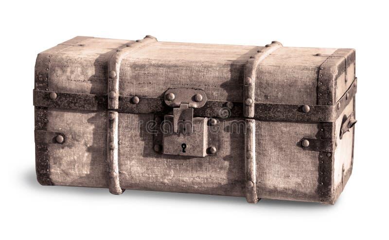 在白色隔绝的老宝物箱 免版税库存照片