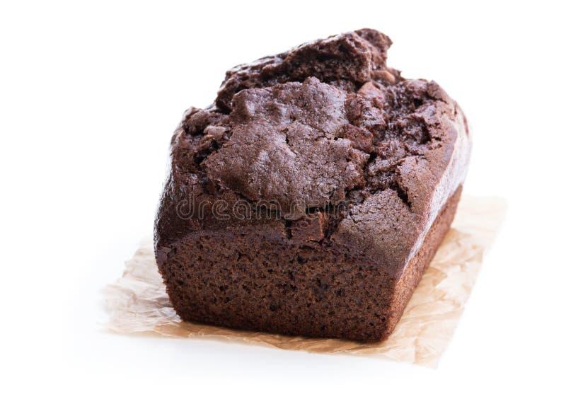 在白色隔绝的自创巧克力大面包蛋糕 免版税库存图片