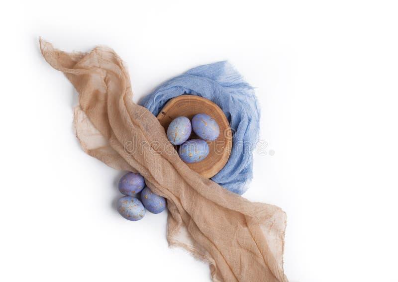 在白色隔绝的蓝色有斑点的复活节彩蛋 免版税图库摄影