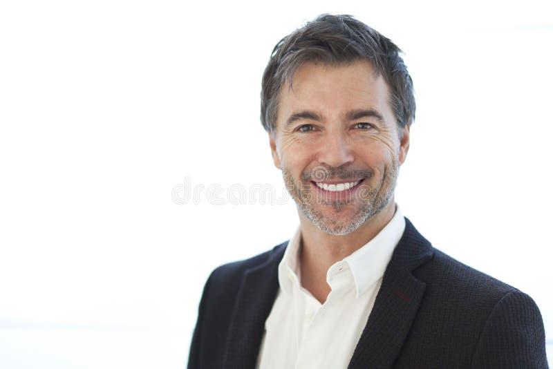 在白色隔绝的一个英俊的人的特写镜头 微笑 免版税库存照片