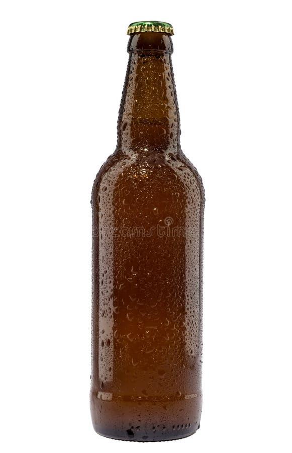 在白色隔绝的冷的棕色啤酒瓶 免版税图库摄影