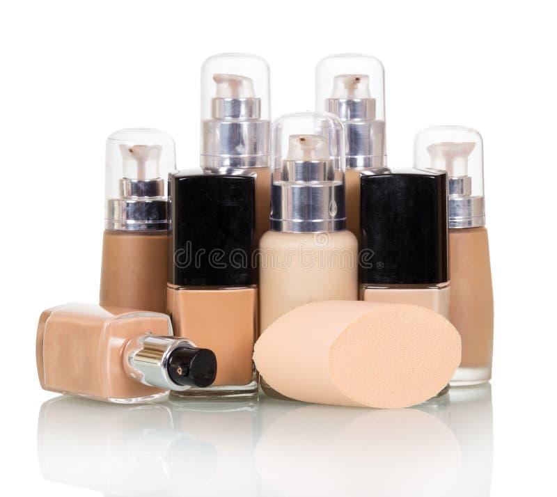 在白色隔绝的各种各样的颜色的化妆液体基础 库存照片