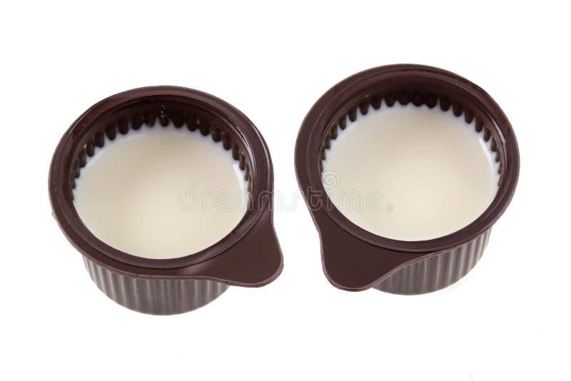 在白色隔绝的咖啡盛奶油小壶 图库摄影