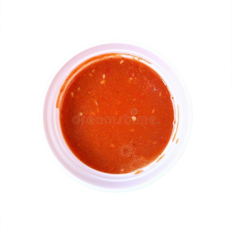 在白色隔绝的圈子碗的红色suki调味汁 库存照片