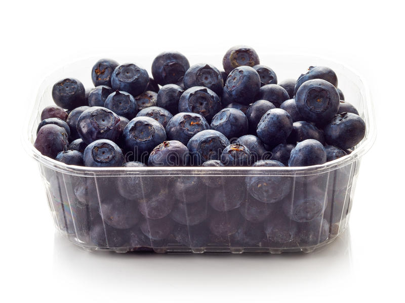 在白色隔绝的塑胶容器箱子的蓝莓 图库摄影