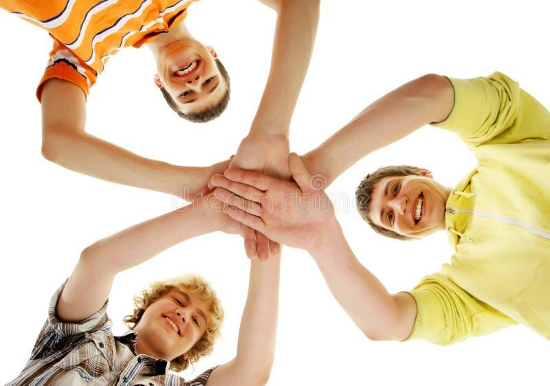 在白色隔绝的小组微笑的愉快的少年 免版税库存图片