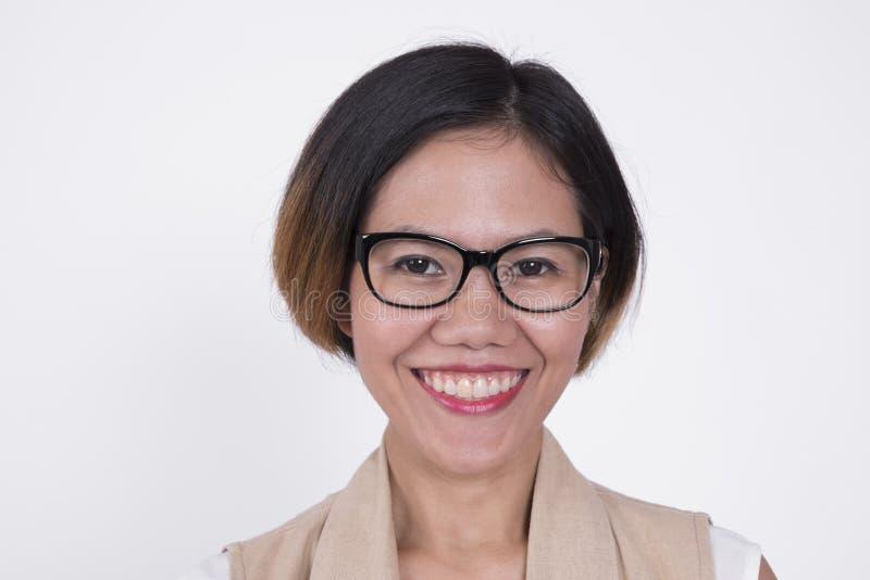 在白色隔绝的微笑的企业亚洲妇女画象  免版税库存图片